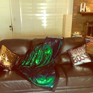 Double sided flipped sequined throw blanket
